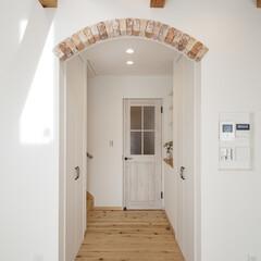 自然素材/無垢材/無垢杉の床/完全自由設計/注文住宅/アローズホーム/... . ~アーチを描いた出入口に  レンガタ…