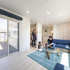 自然素材/無垢材/2階リビング/家族/子育て世代/家づくり/... . ~大型バルコニーや窓で  両サイドか…