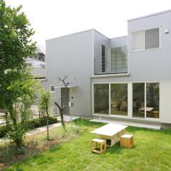 中庭/インナーバルコニー/庭/ガルバリュウム鋼板/スクエア/ウッドデッキ/... 中庭を囲む緑あふれる家 中庭を中心に光と…