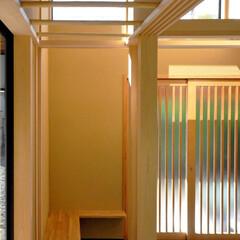 和モダン/インテリア/土間/玄関/ハイサイドライト/木製格子戸/... 和モダンの家 土間とベンチのある玄関、ハ…