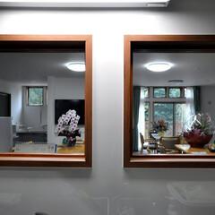 インテリア/北欧インテリア/キッチン/リビング/小窓/覗き窓/... 丘の上の小規模多機能福祉施設 キッチンか…