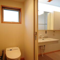 インテリア/トイレ/洗面所/三面鏡/ハイサイドライト/北欧インテリア/... 洗面脱衣室と扉で繋がるトイレ、バリアフリー