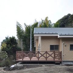 テラス/住まい/福祉施設/ウッドデッキ/バルコニー/丘の上/... 丘の上の小規模多機能福祉施設 テラスと木…