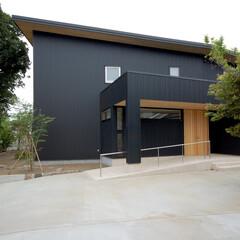 ガルバリュウム鋼板/黒/自然素材/ガーデニング/杉板/木製扉/... 黒いガルバリュウム鋼板の家 黒のガルバリ…