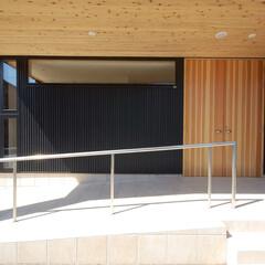 ガルバリュウム鋼板/黒/玄関/アプローチ/自然素材/木製建具/... 黒いガルバリュウム鋼板の家 黒いガルバリ…