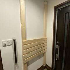 玄関にディアウォール/DIY/おしゃれ ディアウォールして塗装。小物入れと階段、…(1枚目)