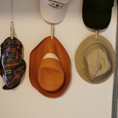 帽子収納 玄関からの通路の壁に、麻紐で木製の洗濯ば…