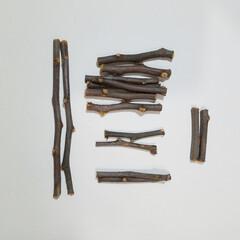 ミニチュア椅子/ミニチュア雑貨/ミニチュア/剪定枝/木の枝/ハンドメイド/... 庭のピラカンサスの剪定枝を使い、 ミニチ…(3枚目)