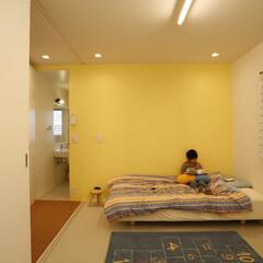 子供部屋/自然塗料/リノリウム/引戸/ガラス天井 廊下を配して親の寝室の反対側に子供部屋は…