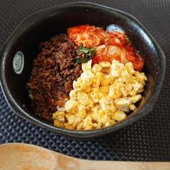 作り置き/三色丼/丼物/お家カフェ/手作りごはん/お家ごはん/... こんにちは  昨日作った肉味噌と たまご…