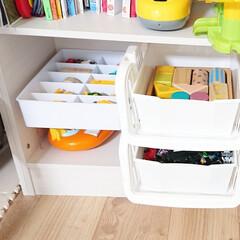 100均収納/仕切りケース/仕切り収納/男の子ママ/乗り物大好き/おもちゃ収納/... 【リビング棚】 キッチンカウンター裏にあ…