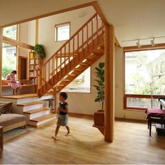 大黒柱/木製サッシ/無垢フローリング/漆喰壁/自然素材 リビングの中心に18cm角の太い柱を設け…