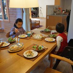 セミオープンキッチン/大きなダイニングテーブル リビングとダイニングの間にキッチンがあり…