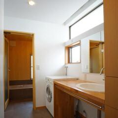 下着収納/木の壁の浴室/ミーレの洗濯機/木製カウンター ゆったりとした明るい洗面室は、広い洗面カ…