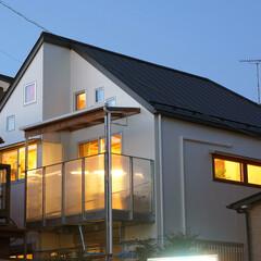 ガルバリューム鋼板/FRPグレーチング/ツインポリカーボ 南側の周囲の住宅が開ける部分にメインの開…