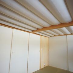 遮光カーテン 吹き抜け天井を持つ和室は、夜寝るときには…