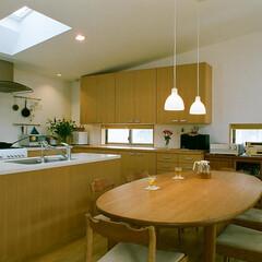 アイランドキッチン/トップライト 汚れやすいコンロを壁側に設置して、シンク…