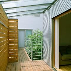 庭・ガーデニングリフォーム/ガラス屋根/デッキ材/中庭 リビングルームの前のバルコニーにはガラス…