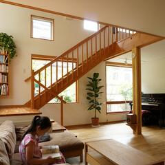 階段/読書コーナー/漆喰の壁 読書の好きな家族のために、ゆったりとした…