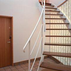 階段/ガラスブロック/トップライト 2世帯住宅の共用の玄関に設けた、1/4円…