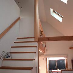 階段/吹き抜け/漆喰/トップライト スッキプフローアの吹き抜け部に設けた階段…