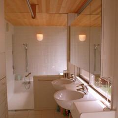 ガラスドア 広めの洗面室には、二つのボールを持つ洗面…